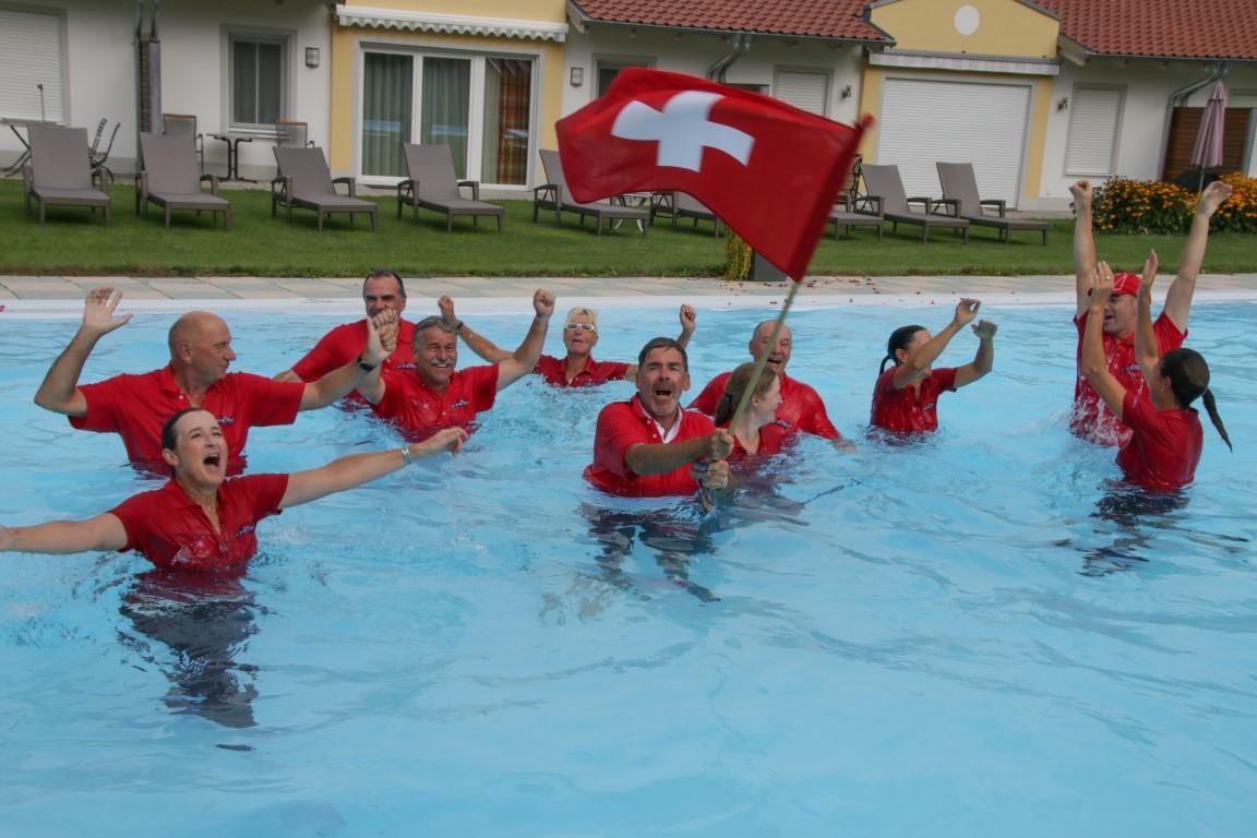 Bad Griesbach Ryder Cup Sascha Hehn (Bildmitte mit Fahne) und die siegreiche Schweizer Mannschaft gehen baden.